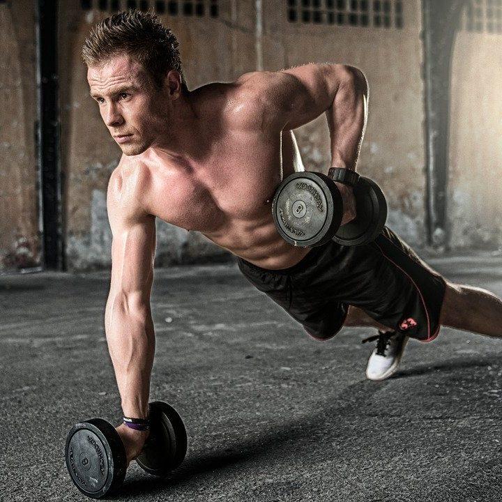 Jak wzmocnić się przed treningiem na siłowni?