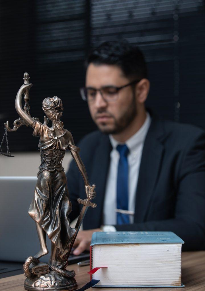 W dzisiejszych czasach coraz częściej korzystamy z usług prawników