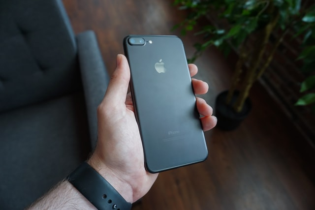 Zarysowana szybka w iPhone – potrzebna jest interwencja fachowców czy nie?