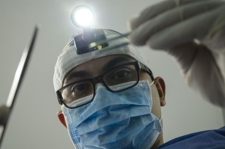 Korzyści z noszenia aparatu ortodontycznego na zębach