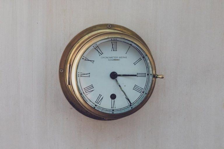 Stylowo wykonany zegar ścienny z logo