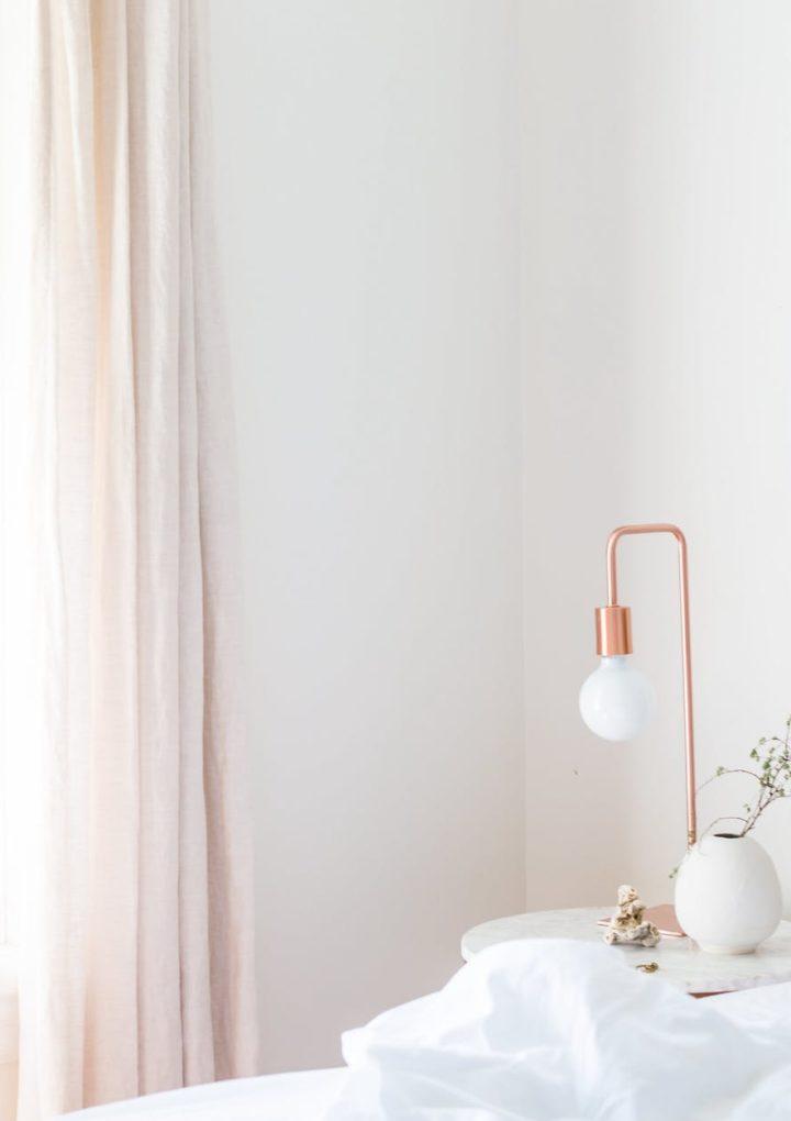 Mała sypialnia jest problematyczna w urządzaniu? Nie z tymi radami! Sprawdź!